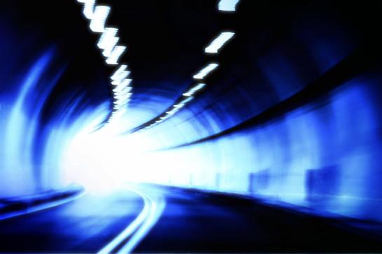 Błękitny tunel z światłem na końcu Grafika Grafiki Obrazy Zdjęcia Sajmon Graficzek